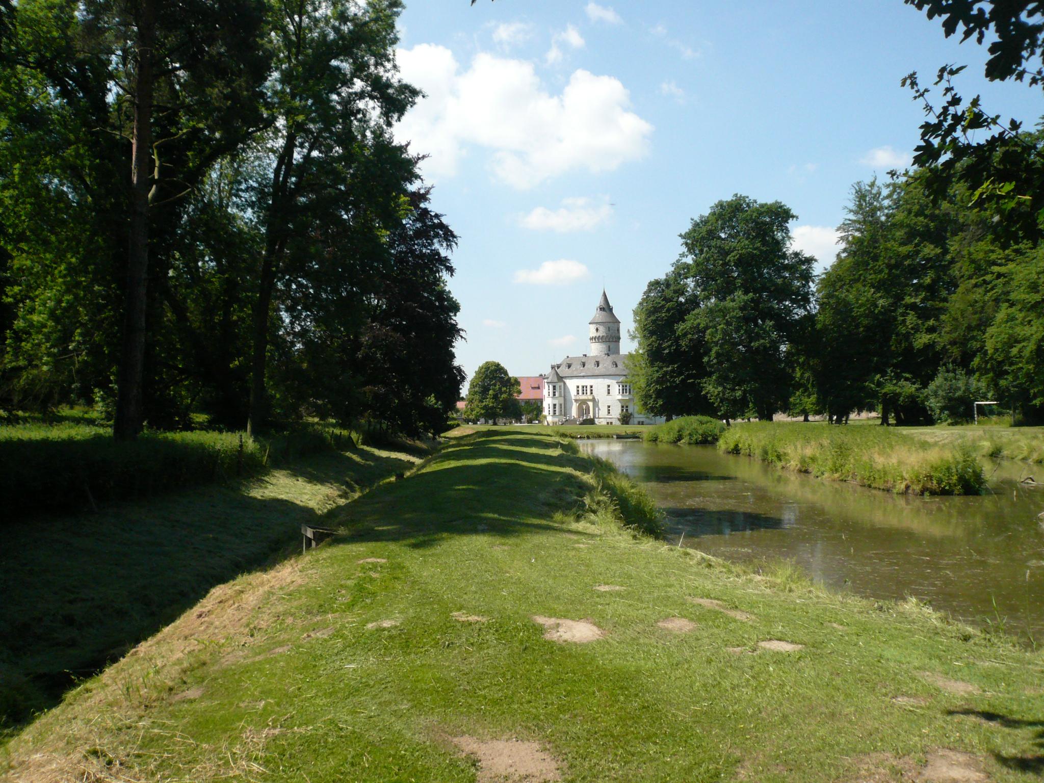 Blick über den Teich auf Schloss Oelber